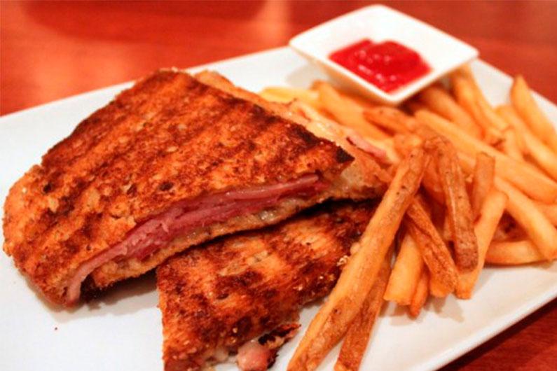 Sanduíche Croque-Monsieur, uma espécie de misto quente mais elaborado que acompanha batatas fritas