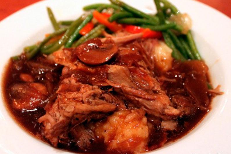 Carne de porco assada com legumes