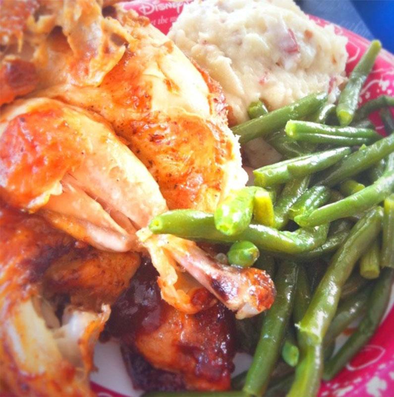 Minha opção de almoço favorita do Magic Kingdom: frango com legumes e purê de bafada do Cosmic :)