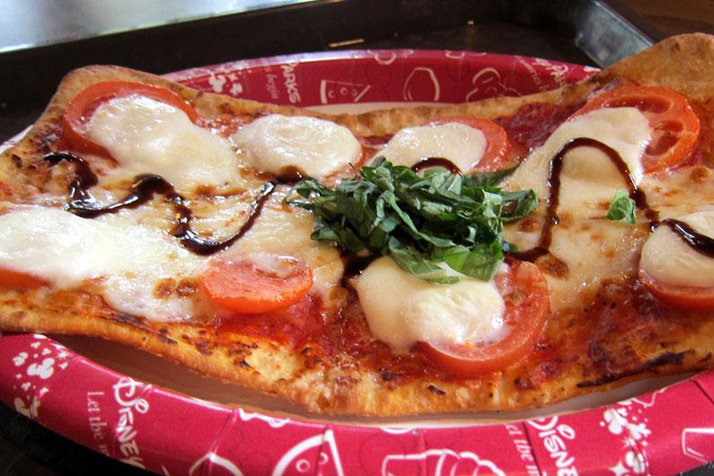 Pizza de massa fina (flatbread) em um estilo mais italiano