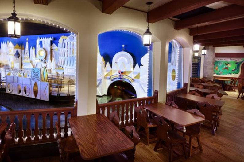 """Dica: se você conseguir uma mesa no concorrido salão Monstro Room você terá a chance de almoçar assistindo outros visitantes passeando na atração """"Its a Small World"""", vizinha do restaurante."""