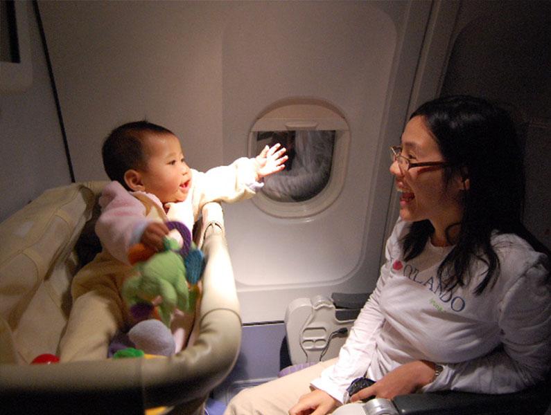 viagem-avião-criança-berço