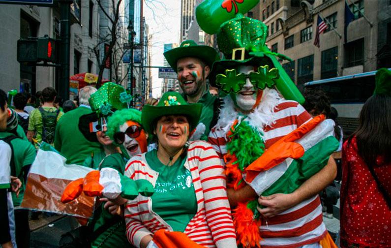 feriado-jovem-com-bebida-irish-nova-york